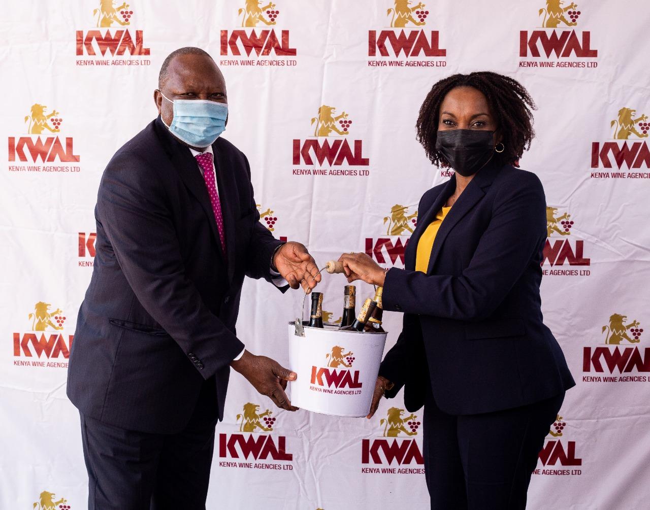KWAL-MD-Lina-gifts-SA-High-Commisioner-HE-M-J-Mahlangu.